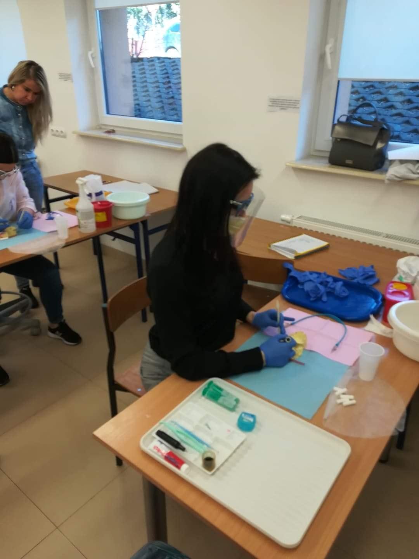 Praca wrze! Nasze Higienistki z zapałem przygotowują się do egzaminu zawodowego. Oto efekty ich pracy.